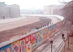 Uma imagem enorme mostrando o espaço vazio que existia entre um lado e outro do muro que dividia a cidade de Berlim.
